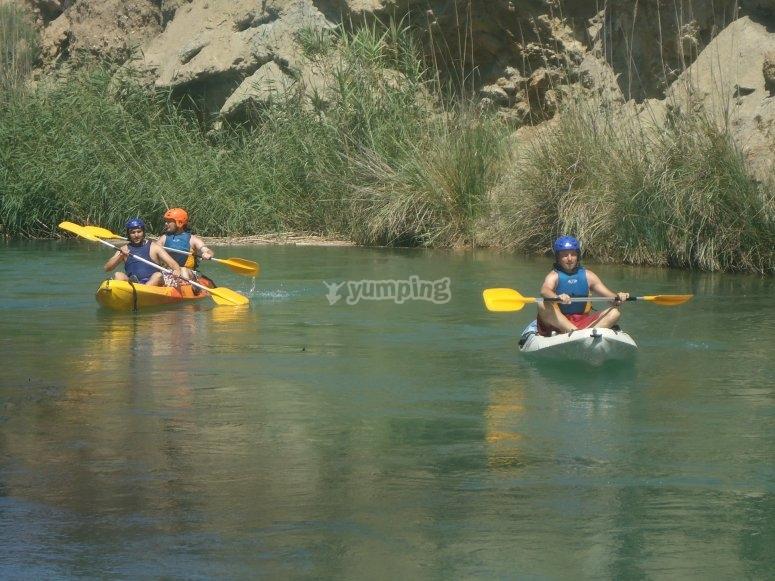 Discesa in kayak sull'acqua calma Cofrentes