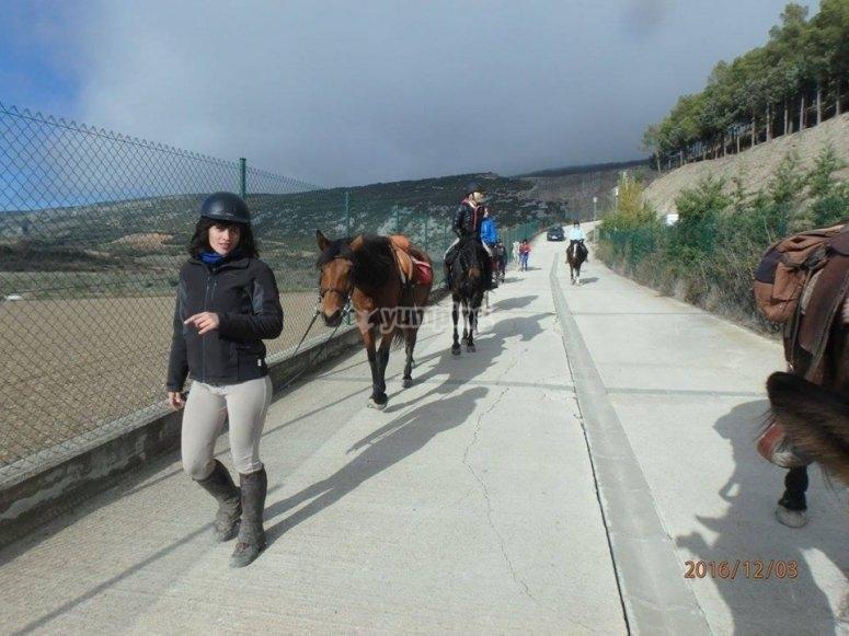 A pie llevando al caballo