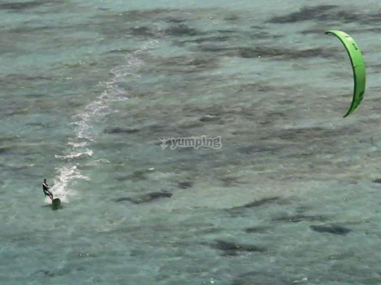 在阿尔梅里亚练习风筝冲浪