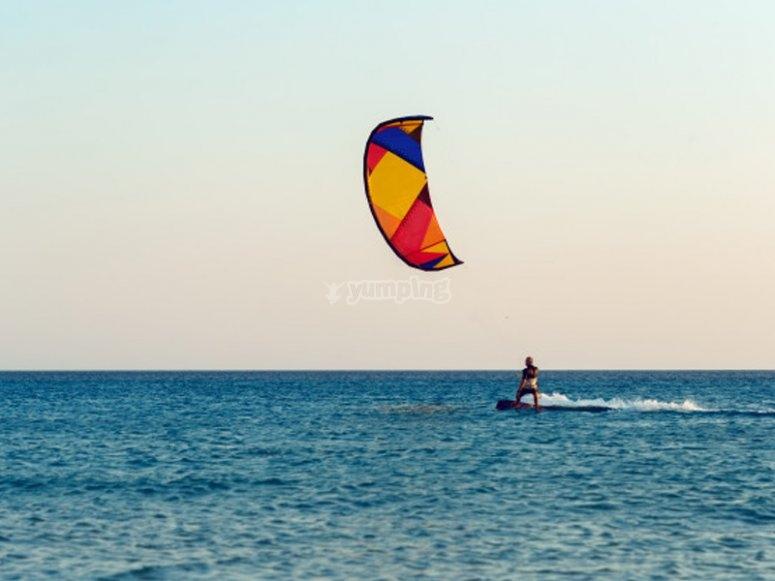 Practicando kitesurf en Mojácar