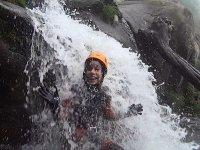 Bajo la cascada en el barranco