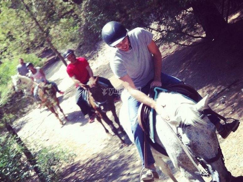 穿越乡村的骑马