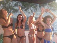 Chicas felices en el barco