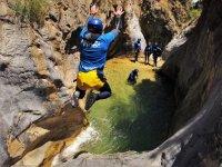 峡谷中的壮观跳跃
