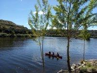Remando con la canoa en embalse