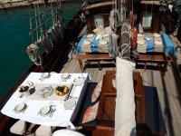 在我们的帆船上享用正餐