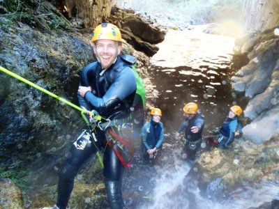 温泉水中的Thués峡谷的下降