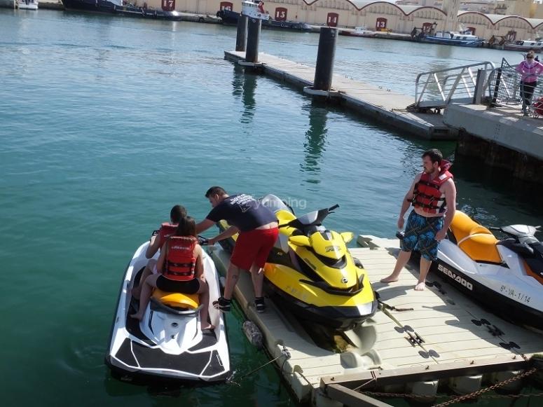 Moto de agua en el embarcadero
