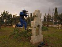 Con la marcadora de paintball en el cementerio