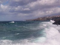 摩托在海岸附近岩岸