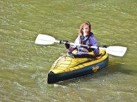 Navegando en un kayak individual
