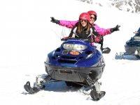 在Valle de Tena的双层雪地摩托车路线。 2小时