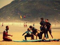冲浪与孩子们在沙地上