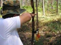 tiro con arco en el bosque