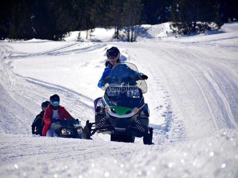 Carrera en moto de nieve por Grau Roig