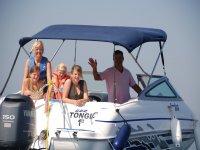 与家人一起乘船游览
