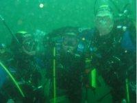 3 buceadores en plen inmersion