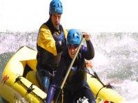 Coppia di avventurieri in canoa zattera