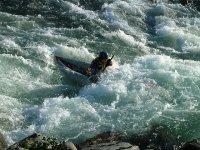 Practicar kayaks en aguas bravas