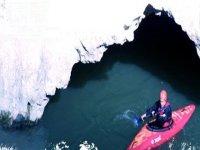 Passando tra le rocce con il kayak