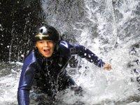 男孩正在进行峡谷漂流