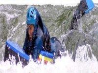 在白水中战斗