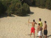 在沙滩上采摘射箭