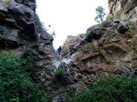 溪降在加纳利准备绳索下降