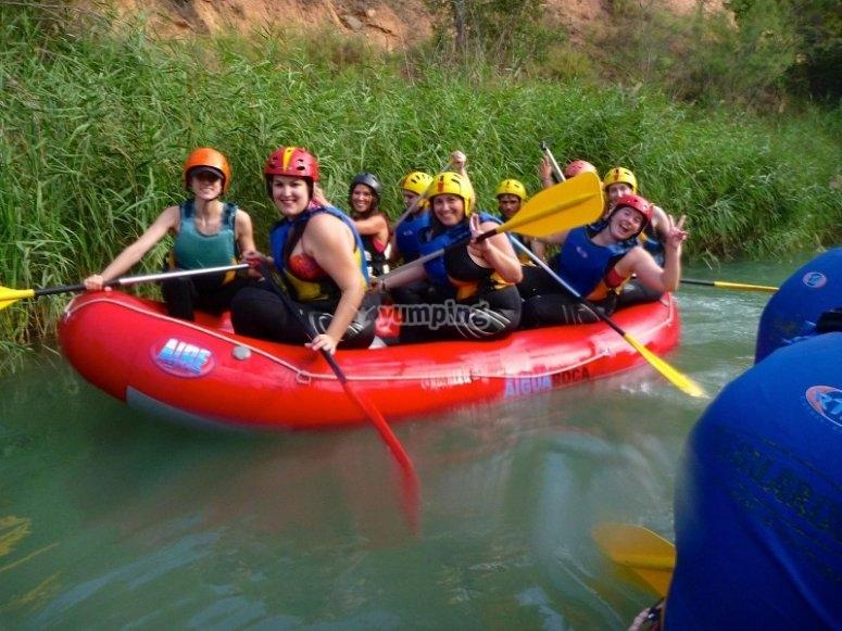 Disfrutando del descenso de rafting