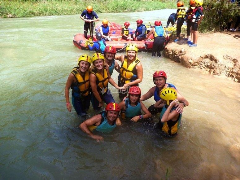 En la orilla del rio para hacer rafting