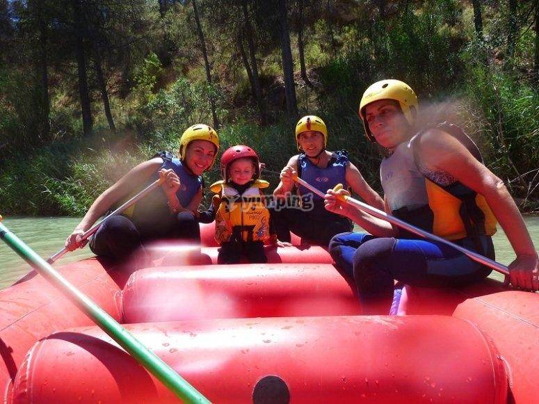 Familia en balsa de rafting