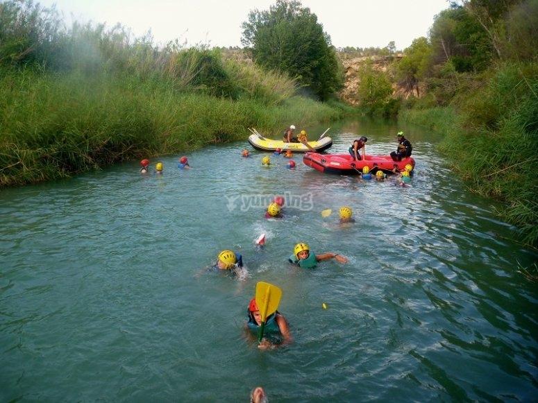 Participantes del rafting nadando