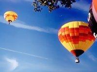 Diversi palloncini nel cielo