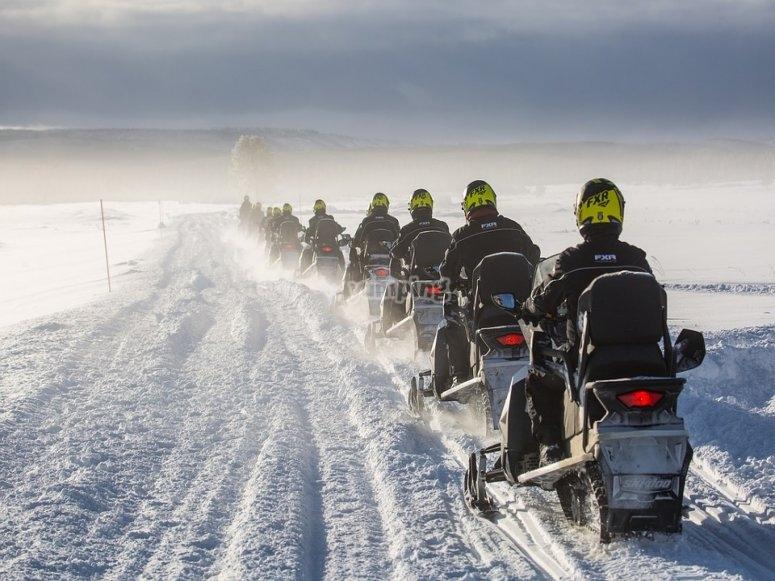 Siguiendo la cabecera en moto de nieve