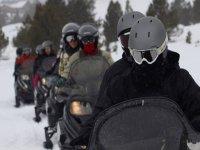 Hilera de motos de nieve