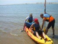 皮划艇中的水离开