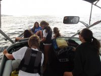 Paseando a los ninos en barco