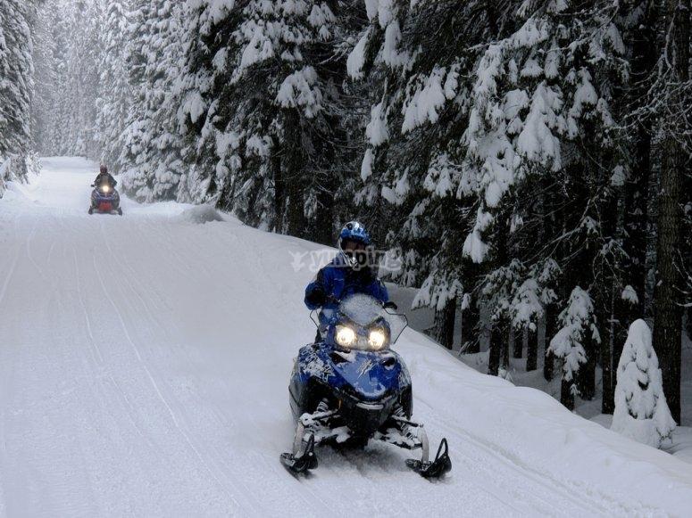 在穿过Baqueira的路上在雪地摩托上
