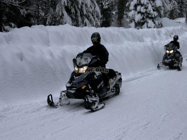在雪地摩托游猎中穿越阿兰谷地