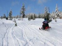 Snowmobile在雪地上穿过Baqueira