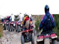 Varios aventureros realizando una ruta de quads