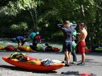In attesa di salire la canoa
