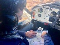 Piloto calculando los tramos en la cabina