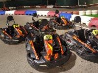 Karts en circuito de noche