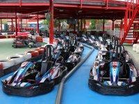 Karts sobre pista azul