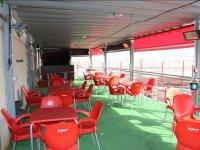 Terraza cubierta con mesas
