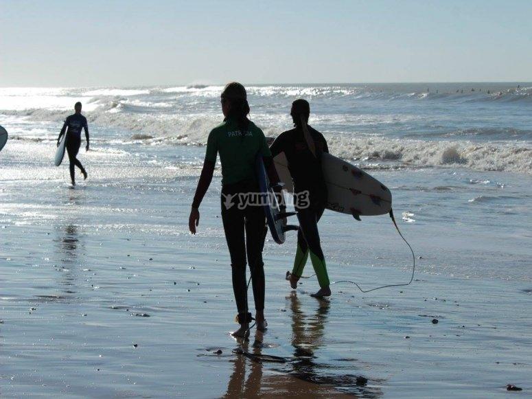 Con las tablas por la playa