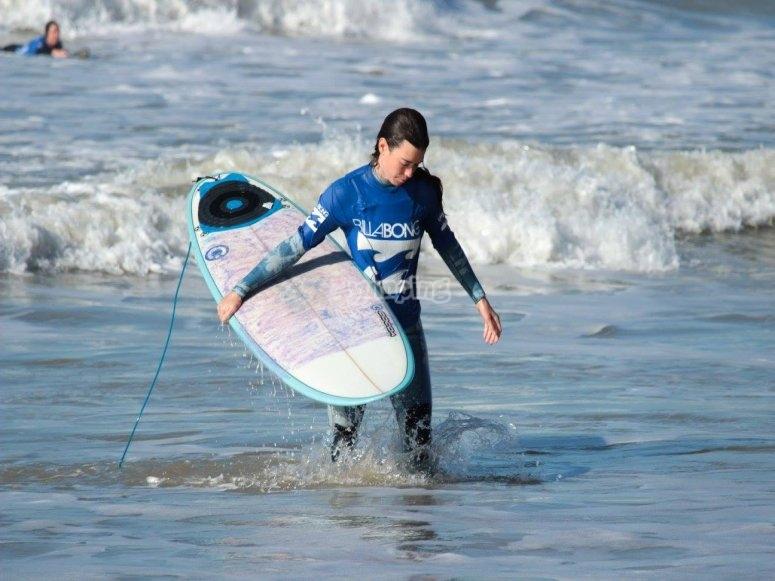En plena sesion de surf