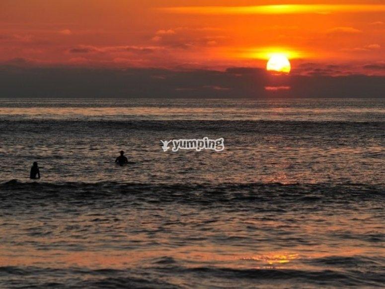 与太阳一起拍摄波浪