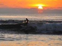 Clase de surf en Cádiz al atardecer 90 minutos